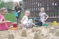 Miasteczko z piachu, czyli wspólna zabawa klasy III w piaskownicy
